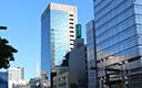 4番出口を出て、桜通りを右手にしてそのまま直進します。<br />横断歩道を4つ越えると左手に名古屋桜通ビルがあります。